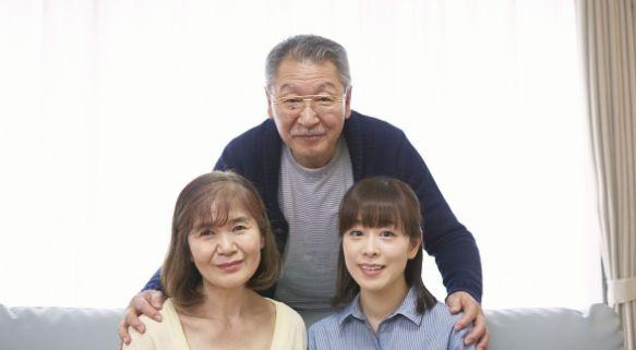 在女儿家养老,父母退休金却补贴给儿子,女婿得知后直接赶走老人
