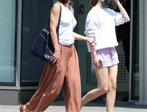长袖卫衣配短裤不嫌热?母女逛街超美