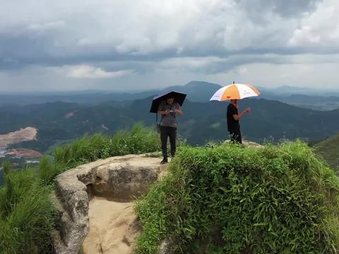 广西灵山文笔峰,山上有座文昌塔,这里山脉很秀气