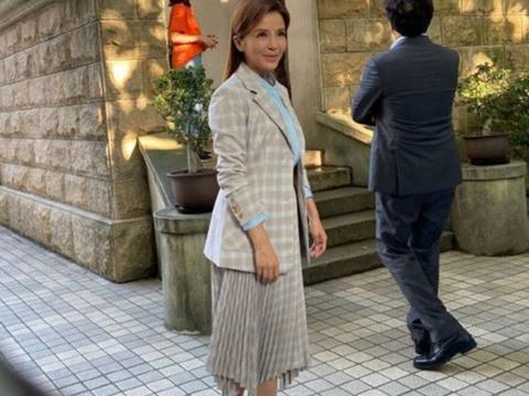 在街头拍到朱迅,穿百褶裙踩高跟鞋,就算脸苍老47岁也是漂亮的!