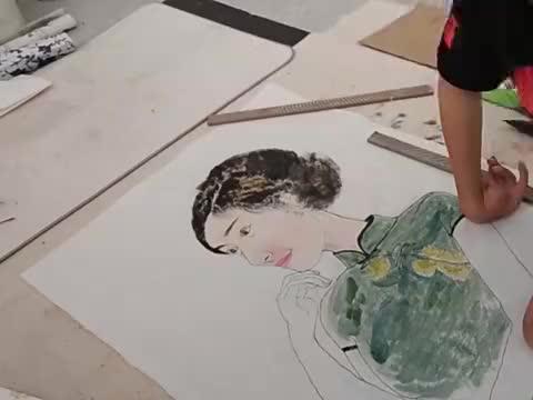 残疾画家根据自己的想象完成仕女图,神态惟妙惟肖,或许这就是天赋