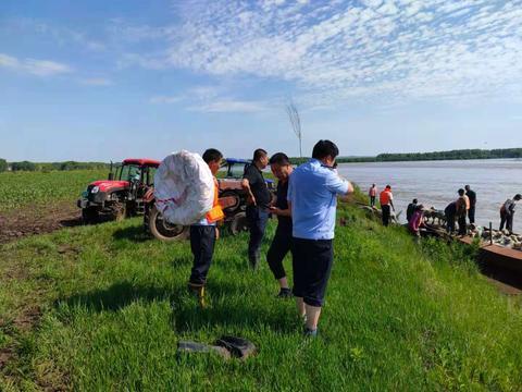 江边突遇涨水,他们6小时救出2人和200多只羊
