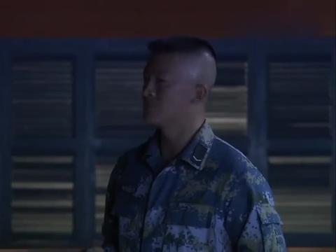 火蓝刀锋:听说新兵是游泳冠军,老兵顿时不服,说啥都要教做人