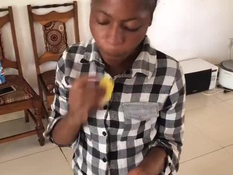 黑人吃芒果比较另类,芒果皮直接吃,还蘸着佐料!