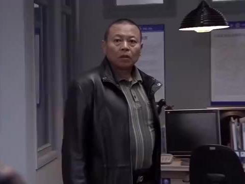 暗警:内奸提前下班,领导看穿他想跑,暗中派人包围他家