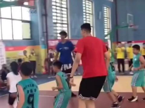 姚明女儿在球场上展现篮球天赋,两个投篮让姚明乐的不行!