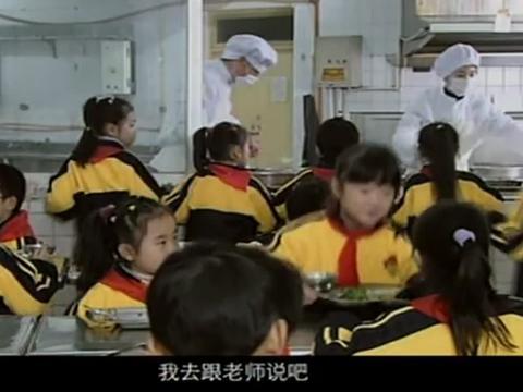 大妈在饭堂炒菜,大多孩子吃了生豆角呕吐,她不听劝,结果遭殃了