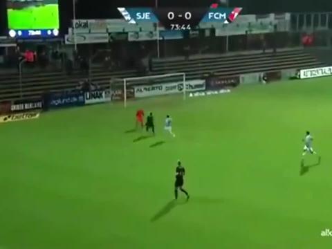丹麦联赛诡异一幕!门将大脚开出球门球,皮球竟回自己手里