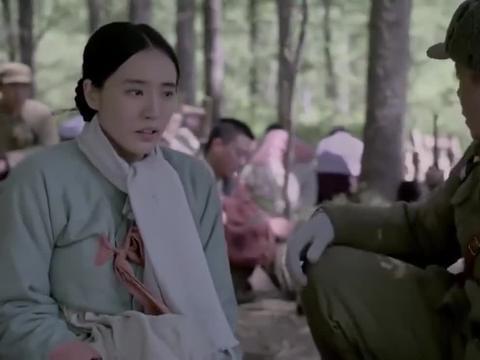 三八线:女特务趁志愿军不注意,直接蹲下身来,投放了一枚烟雾弹