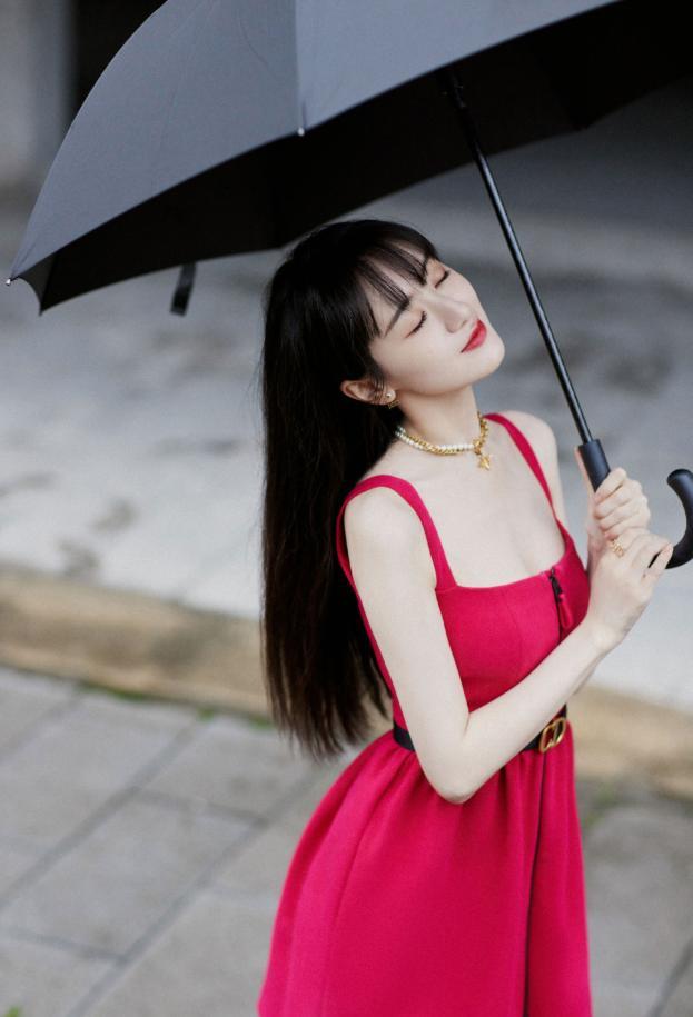 """袁冰妍为话题拼了,大胆挑战""""例假裙"""",再次撞脸赵丽颖"""