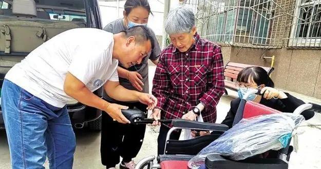 """■""""热心市民:'我有一台电动轮椅想捐给有需要的人'""""追踪""""记者跑腿""""牵线 电动轮椅捐赠给静和老年公寓"""