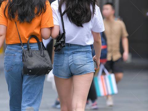 充满着童趣的白T恤搭配牛仔短裤,上身实在是太减龄了