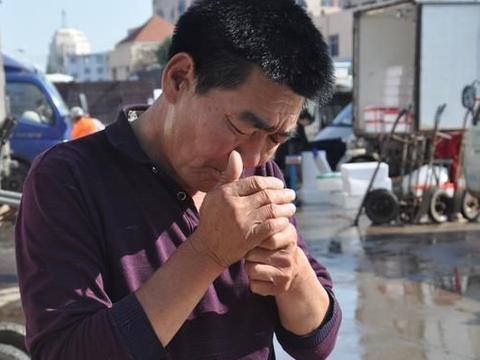 """外地人打工在青岛,第十天收入123块钱,半夜遇到""""同病相怜""""他"""