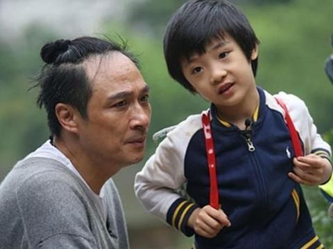 因《爸爸2》造成眼角永久性伤害,13岁费曼终于舍得露无刘海正脸