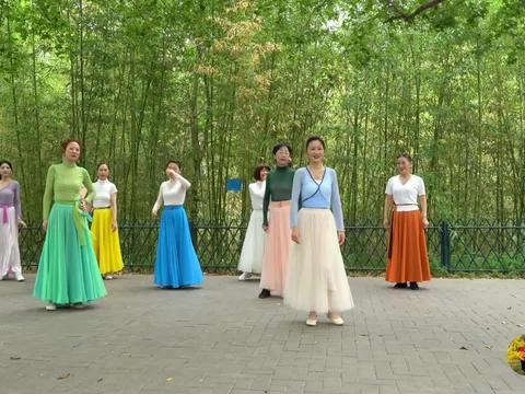 紫竹院广场舞《草原绿了》加仑老师和青青老师领舞,舞步整齐好看