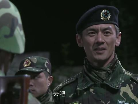 小庄想摘下头盔退出集训,陈排喊出连队口号,提醒小庄不要放弃