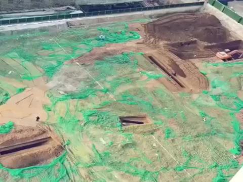 搞基建太难了,本以为挖完了,刚开工一铲挖下去,又得停工