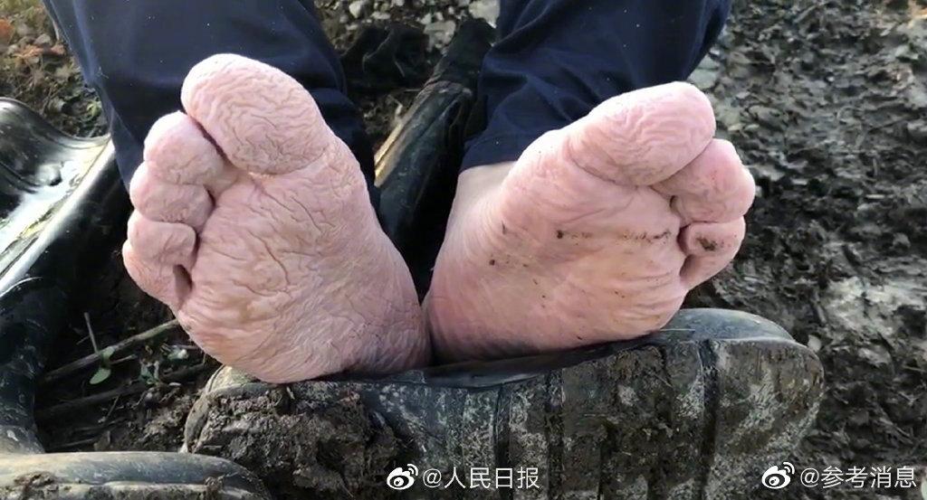 森林消防员防汛一线被泡皱的脚