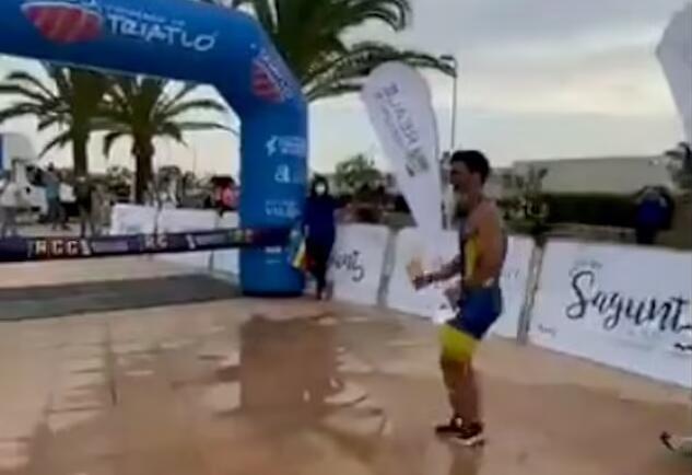 西班牙铁人三项运动员终点线前庆祝 被对手超越憾失冠军