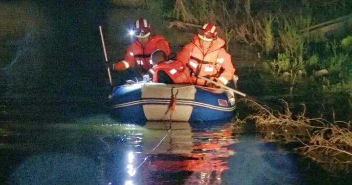 私家车强行通过积水桥洞被困,长春消防及时救援