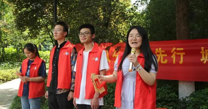 南京 月安社区宣传垃圾分类,还有义诊磨刀等便民服务