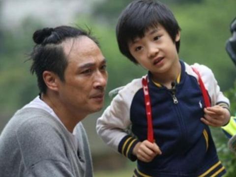 参加《爸爸2》摔伤,导致眼角永久性伤害,12岁费曼终于掀开刘海