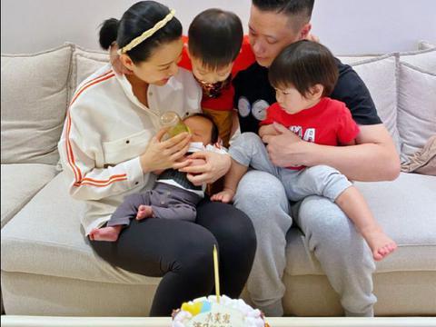 李承德与儿子穿父子装外出一萌一帅,胡杏儿为其迅速生三子好福气