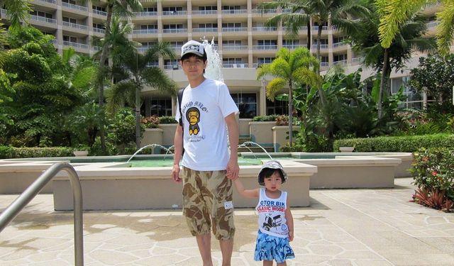 林志颖晒十年前与大儿子的旧照,不到两岁的Kimi在沙滩上玩好可爱