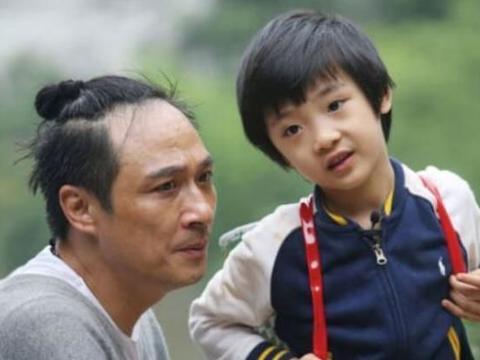 6岁录《爸爸2》留下永久伤害,13岁费曼鼓足勇气撩刘海露正脸