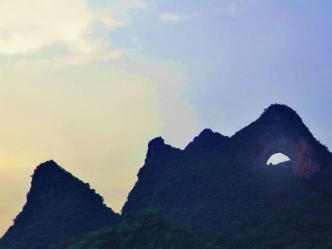 """月宫之下月亮山,梦景栖蝶羽如觞,来桂林月亮山景区""""戏蝶幻月"""""""