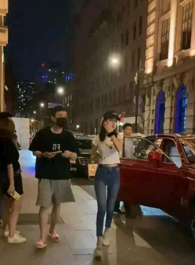 王思聪新欢曝光,低腰牛仔裤凸显身材