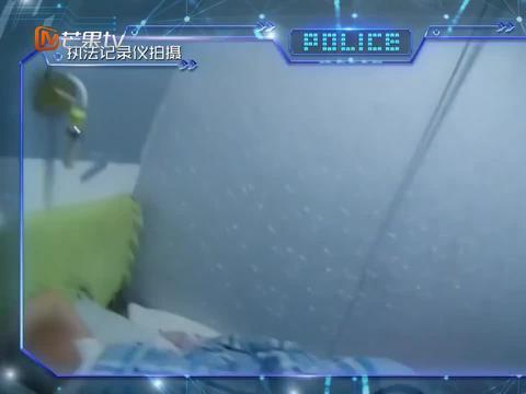 男子非法拘禁女孩,警察找上门后却发现还在午睡,现场一片狼藉