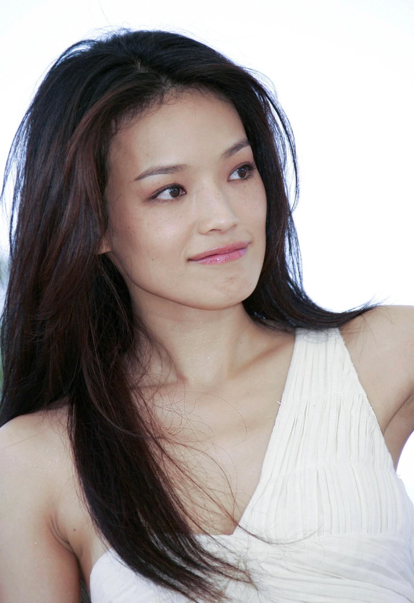 2005年 出席戛纳电影节,在媒体见面会上身穿白色半肩长裙……