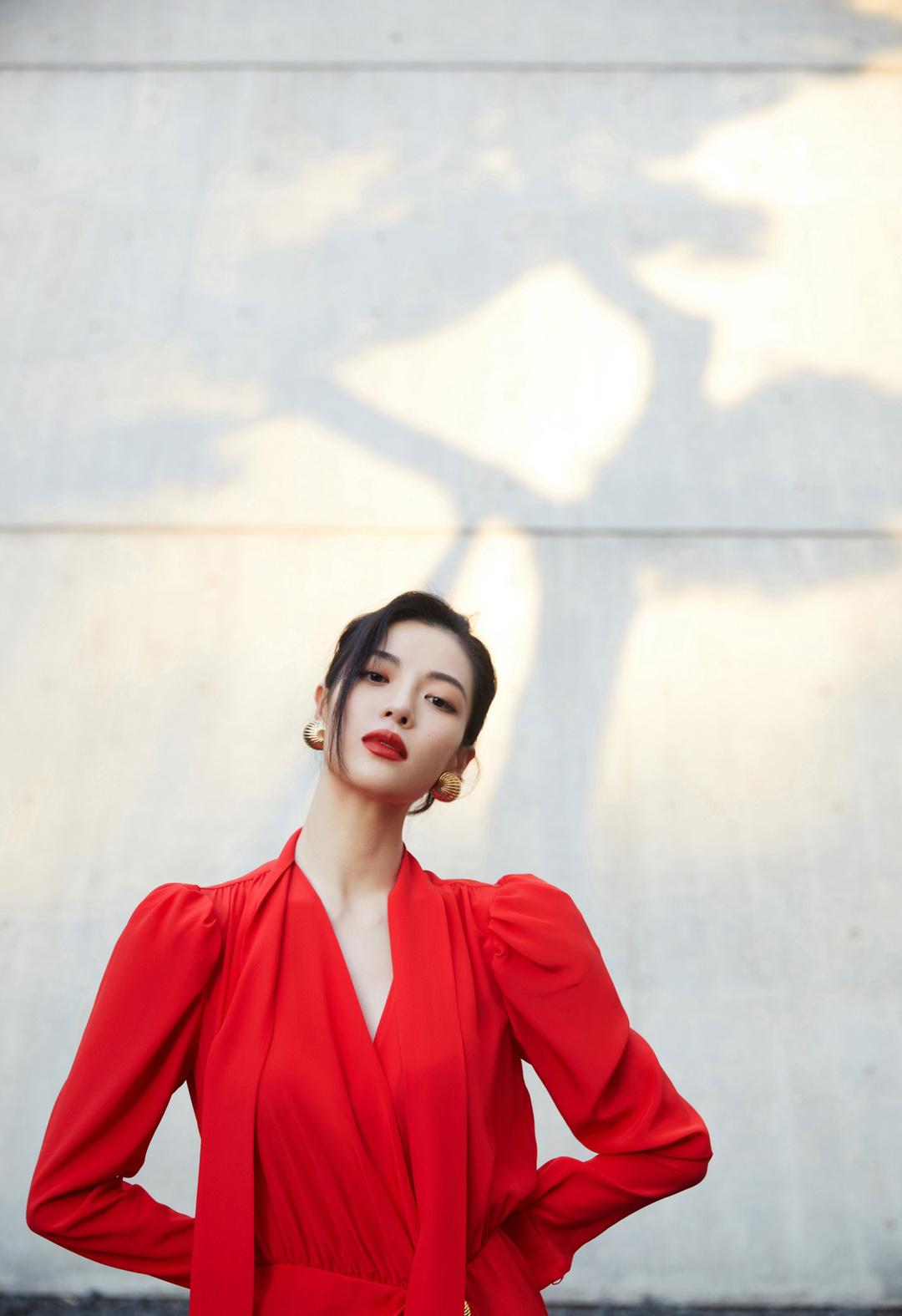 最新写真释出,身穿Lanvin收腰红裙,从头到脚的高饱和色彩……