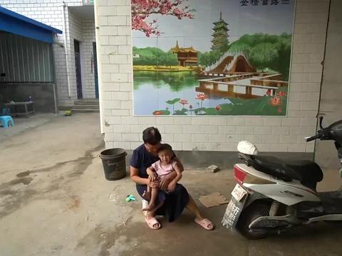 外孙回家上学了,小利带着孙子在家无聊,看女儿知道后怎么态度