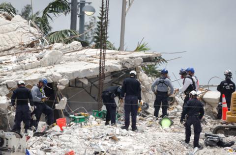 6月24日,美国佛罗里达州迈阿密-戴德县一处公寓发生倒塌。