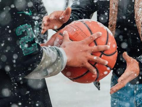 那些藏区孩子在篮球场上的眼神 他这辈子都忘不了