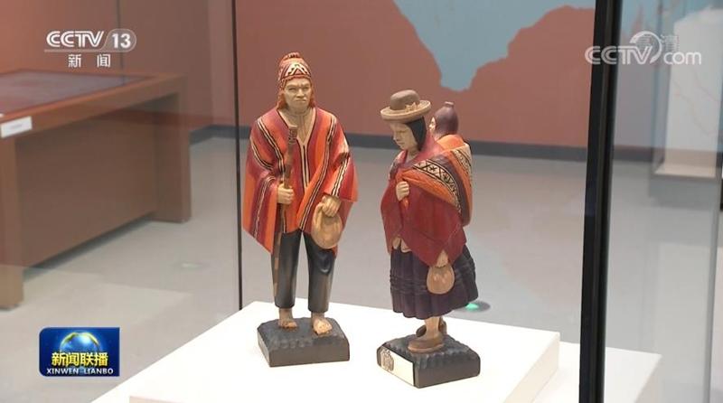 △玻利维亚前总统莫拉莱斯赠送的彩绘木雕