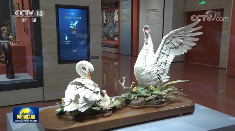 △美国前总统尼克松赠送的瓷塑天鹅