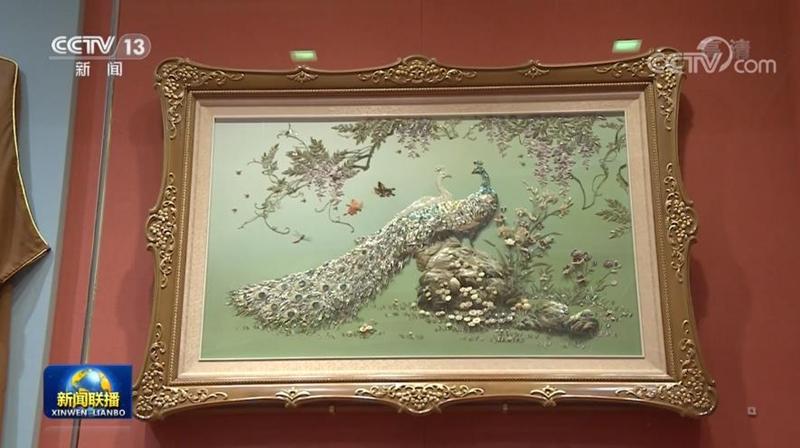 △朝鲜劳动党总书记金正恩和夫人赠送的贝壳镶嵌装饰画