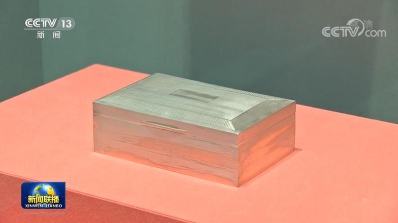 △英国前首相撒切尔夫人赠送的银烟盒