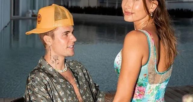 贾斯汀·比伯墨西哥度假,戴彩珠项链软萌,目光难离超美爱妻海莉