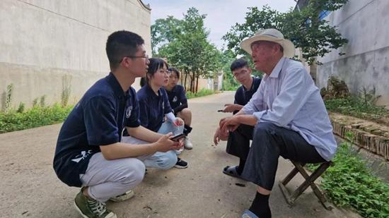 西北农林科技大学林学院学生在陕西省眉县杨家村进行实地调研。西北农林科技大学供图
