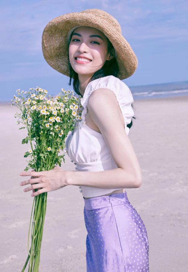 钟楚曦最新海边度假写真,穿紫裙捧雏菊,清爽温柔释放夏日气息
