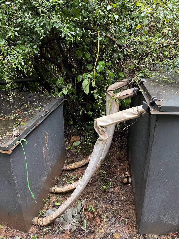 事发矿洞周围的洗洞工具。 新京报记者王瑞文 摄