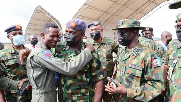 达伊罗中尉归队后获尼日利亚空军总参谋长、空军元帅奥拉达约·阿毛祝贺