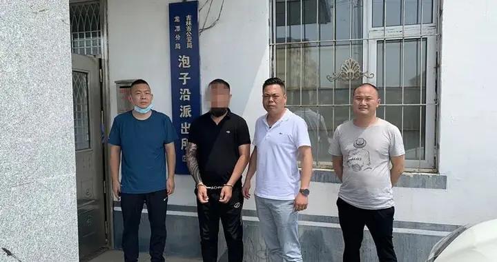 吉林龙潭公安户籍民警办理业务 规劝网上在逃犯罪嫌疑人自首