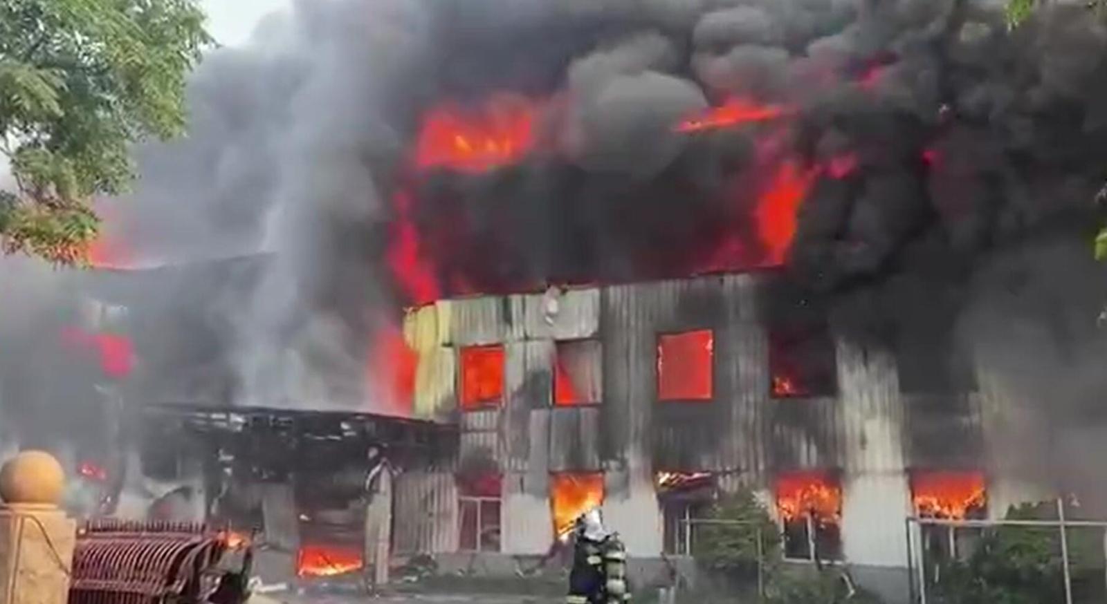 河南省登封市一工厂发生爆炸(图片来源于群众提供视频截图)