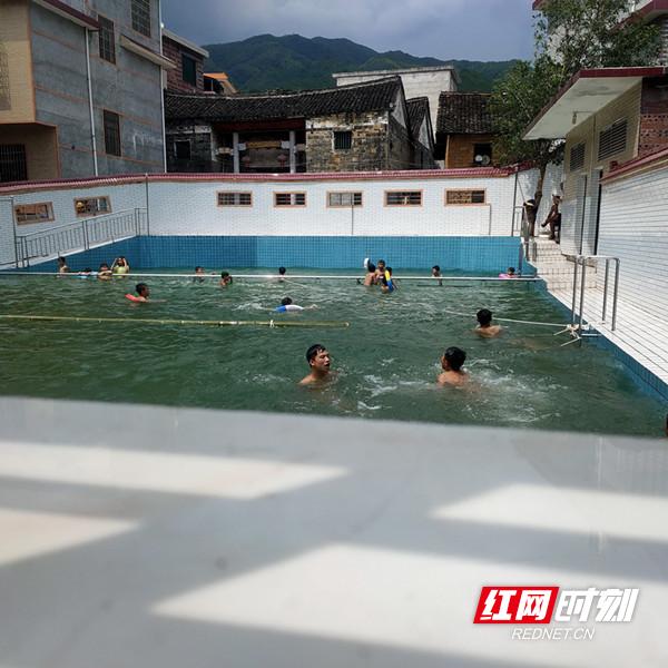 仰天湖瑶族乡:为防留守儿童溺水 村自建游泳池