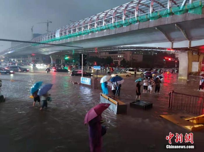7月20日,河南出现持续性强降水天气,多地出现暴雨、大暴雨,部分地区出现特大暴雨。郑州市已提升防汛应急响应至I级,持续强降雨导致部分街道积水严重。中新社记者 阚力 摄